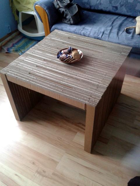 Stół z tektury  w domu