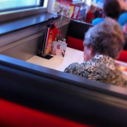 Γυναίκα τρώει κάθε μέρα μεσημεριανό έχοντας απέναντι της την φωτογραφία του νεκρού άντρα της