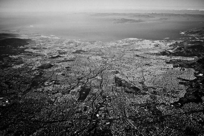 H αχανής Αθήνα φιλοξενεί τουλάχιστον το μισό πληθυσμό της Ελλάδας.