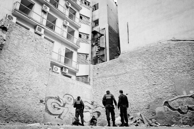 Η αστυνομία, που αποτελείται συχνά από νεοσύλλεκτους της αστυνομικής Ακαδημίας, πασχίζουν να ελέγξουν και να πατάξουν το έγκλημα και τη διακίνηση ναρκωτικών.