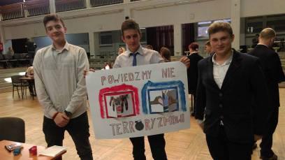 """fot. 2: Patryk Biniecki, Jakub Mazurek, Mateusz Czapski prezentują swój plakat """"Powiedzmy nie terroryzmowi"""""""