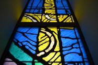 Vitraj križa u crkvi