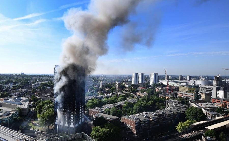 Dym nad płonącym wieżowcem w Londynie