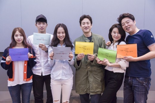 Song Ji Hyo, Lee Sun Gyun, And Cast Can't Stop Laughing At JTBC Drama Table Reading