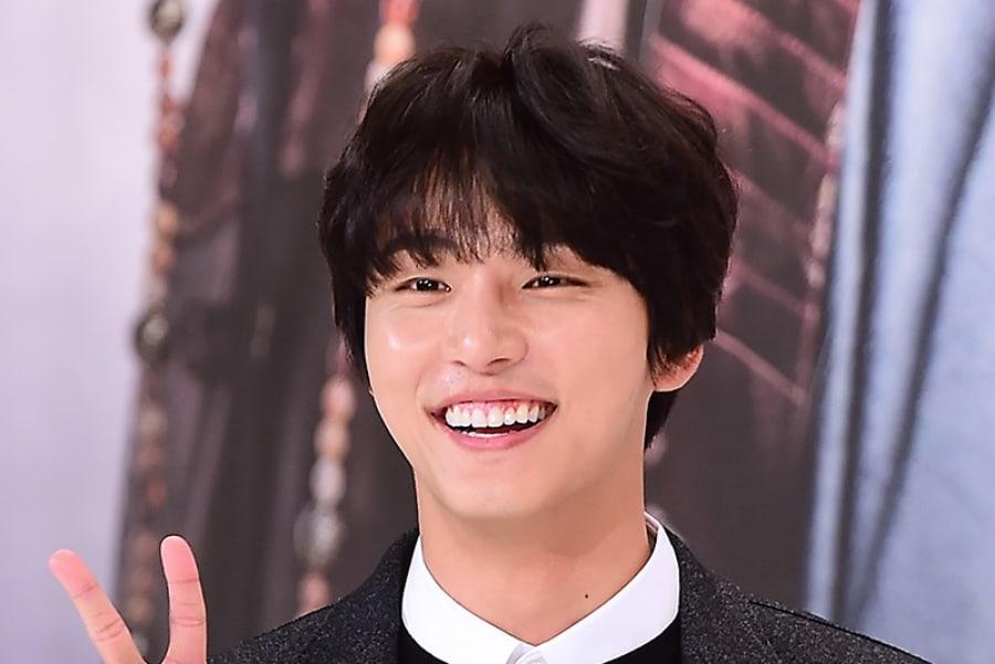 Yoon Shi Yoon Konfirmasi Akan Berperan sebagai Kembar Identik di Drama Baru SBS