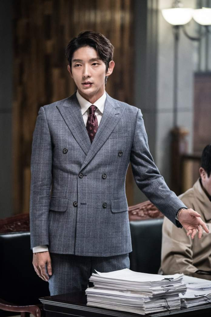 """- Lee Joon Gi5 - Lee Joon Gi Smiles In Handcuffs And Shows Confidence In The Courtroom In """"Lawless Lawyer""""  - Lee Joon Gi5 - Lee Joon Gi Smiles In Handcuffs And Shows Confidence In The Courtroom In """"Lawless Lawyer"""""""