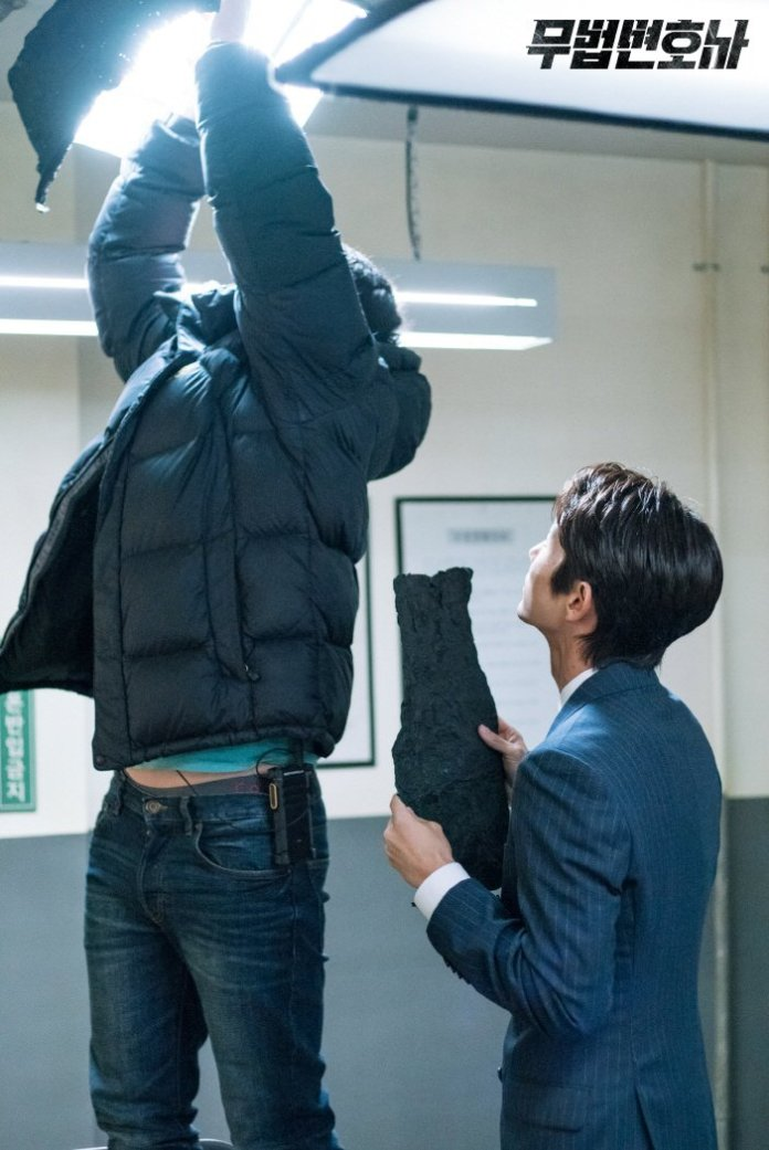 """- lee joon gi lawless lawyer - Lee Joon Gi Spotted Helping Out The Production Staff On """"Lawless Lawyer""""  - lee joon gi lawless lawyer - Lee Joon Gi Spotted Helping Out The Production Staff On """"Lawless Lawyer"""""""