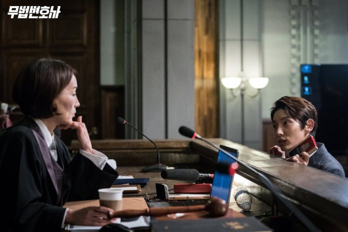 """- lee joon gi lee hye young - Lee Joon Gi Spotted Helping Out The Production Staff On """"Lawless Lawyer""""  - lee joon gi lee hye young - Lee Joon Gi Spotted Helping Out The Production Staff On """"Lawless Lawyer"""""""