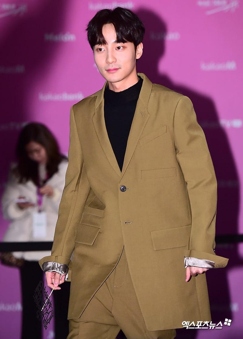Estrellas iluminan la alfombra roja con sus looks en los 2018 Melon Music Awards 119