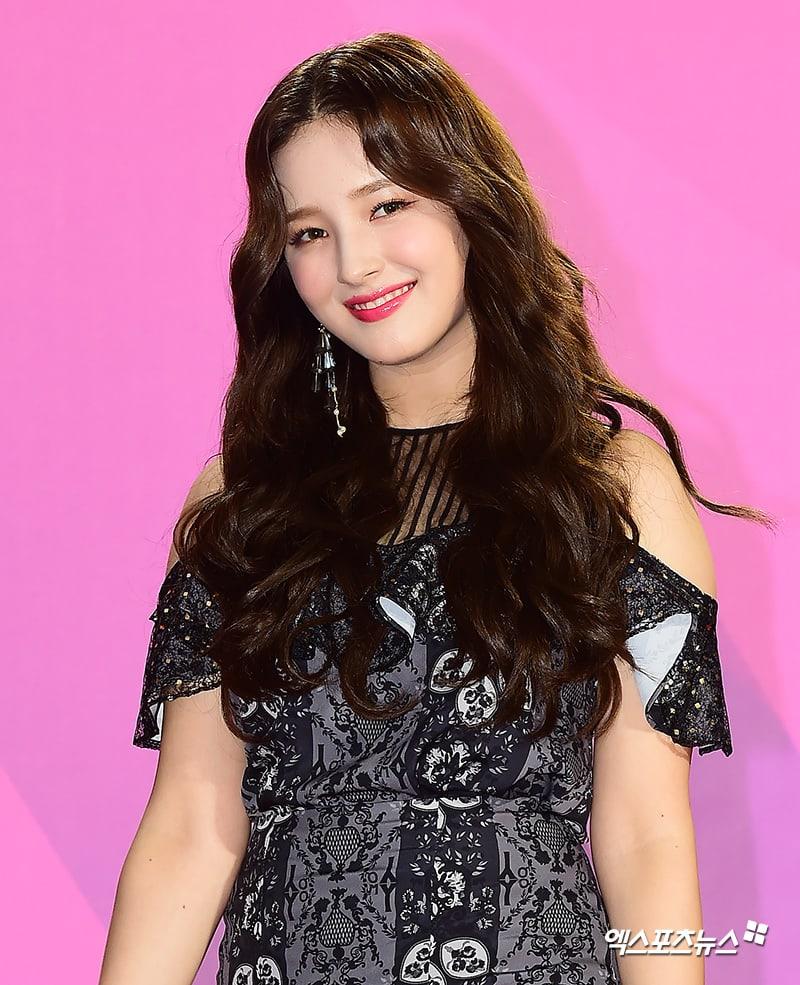 Estrellas iluminan la alfombra roja con sus looks en los 2018 Melon Music Awards 116