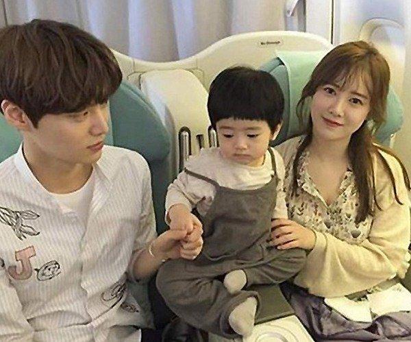 Ku Hye Sun y Ahn Jae Hyun derriten corazones con foto de bebé