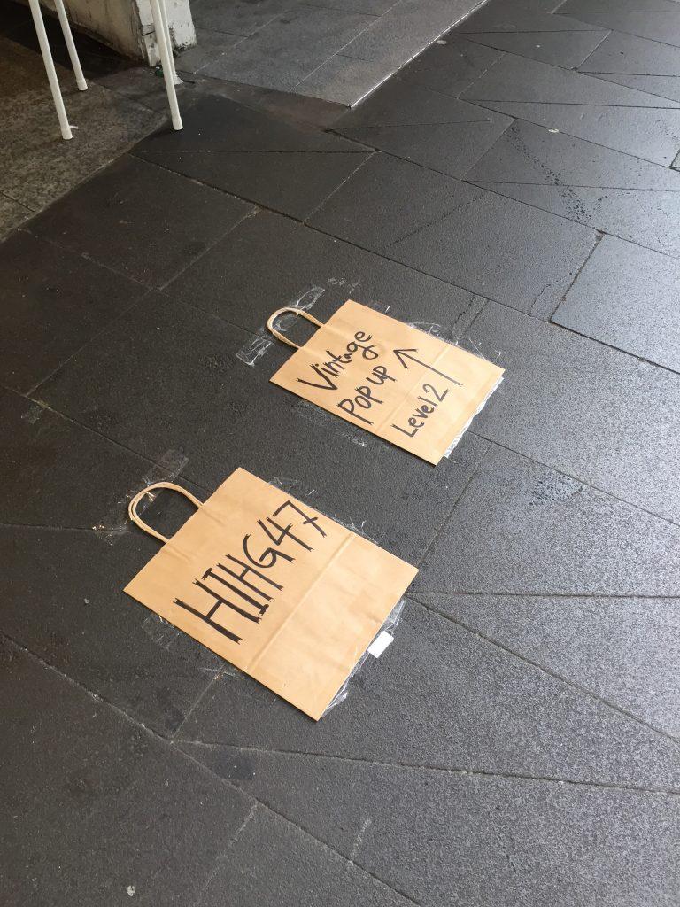 Attirer l'attention avec pub sur le trottoir