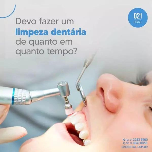 mulher fazendo limpeza dentária no dentista