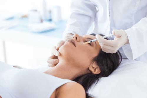 mulher aplicando botox