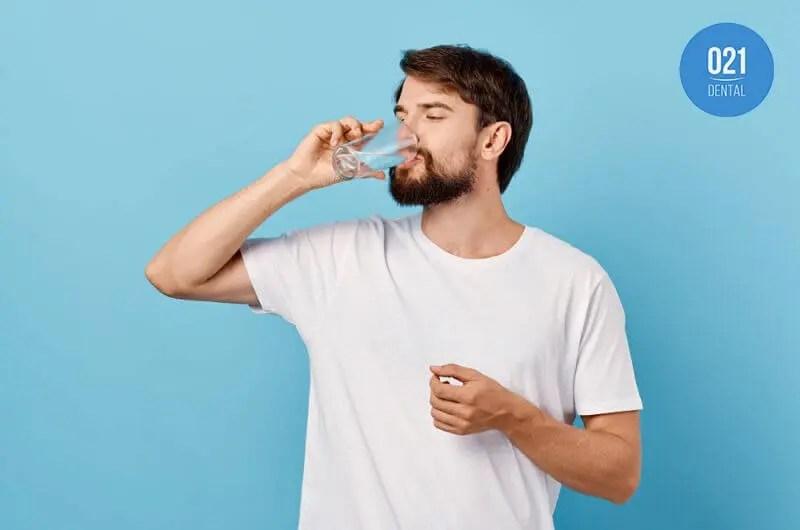 Homem bebendo copo de água