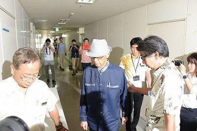 県政与党に「撤回」手続きの開始について説明するため、会議室に入る翁長雄志知事=27日午前9時21分、県庁