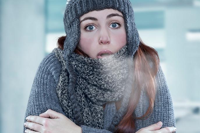 Девушка замерзает на холоде изо рта идет пар