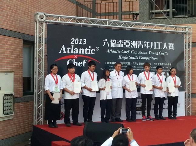 刀工大賽頒獎 左二蔡鳳慶同學