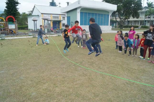 臺觀學生帶領小學生童玩與手工藝品的製作1