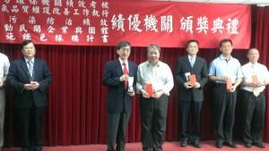 本局代表劉嘉德科長接受環保署魏國彥署長頒獎