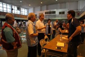 杜家聲主任(站立者中)引領二位來賓關心媒合情形