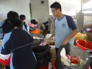 花蓮縣環保局新聞稿照片--秀林國中學生進行資源分類2-103.6.25