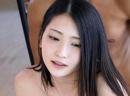本庄鈴|正統派美女の緊張感が伝わるAVデビューでセックス披露
