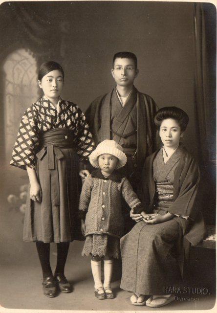 生母のアルバムにあった家族写真。左が彼女である。おそらく女学校の制服姿であろう。