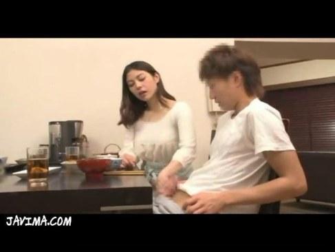 食事中に義息のチンポを手コキしてる長身美人妻がエッチなひとずまえすて