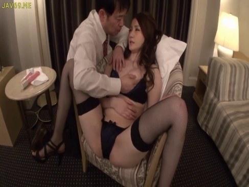 破廉恥なセックスが大好きなド淫乱美人妻が快感に大量潮吹きしてるひとずまあだ