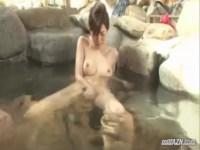 上品な美貌と抜群のスタイルが魅力的な美人妻が露天風呂でオナニーを披露してる0938動画サンプル無料
