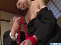 喪服姿の貧乳美人妻が変態で鬼畜な義父に調教されちゃう!乳首やおまんこを刺激され悶絶してる0938動画