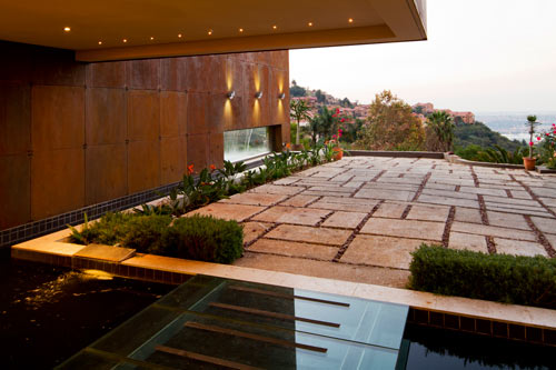 Sculptural Steel Walls and Infinity Pool: House The by Nico van der Meulen Architects