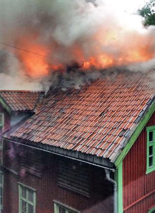 <p>KULTURHISTORIE I BRANN: Det var full brann i Hjelms gate på Majorstua i Oslo. I 40 år har Gateavisen blitt laget her, og på loftet ligger avisarkivet.<br/></p>