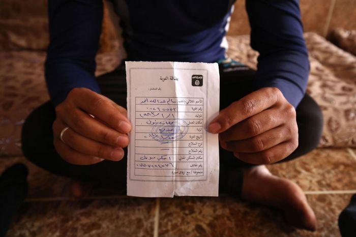 <p>IS-KORT: Salim Ahmed, tidligere soldat i den irakiske hæren, viser frem «omvendelseskortet» han mottok fra IS i juni 2014, kort tid etter at de militante ekstremistene tok kontroll over hans hjemby Eski Mosul i Nord-Irak. Dokumentet er en del av ekstremistgruppens apparat for å kontrollere sitt selverklærte «kalifat».<br/></p>