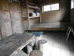 加入道山避難小屋内部