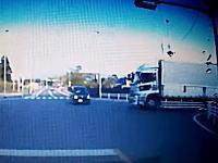 これは衝撃。信号無視の軽四に大型トラックが突っ込む瞬間のドライブレコーダー映像。