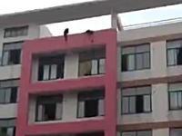 大学受験失敗で飛び降り自殺。二人の学生が一緒に建物の屋上から飛び降りる。中国。