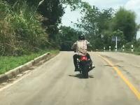 タイでバイクを襲おうとするヘビが撮影される。間一髪で避けるライダー。