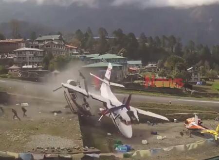 テンジンヒラリー空港で起きた離陸滑走中の飛行機がヘリコプターに突っ込む事故の映像。