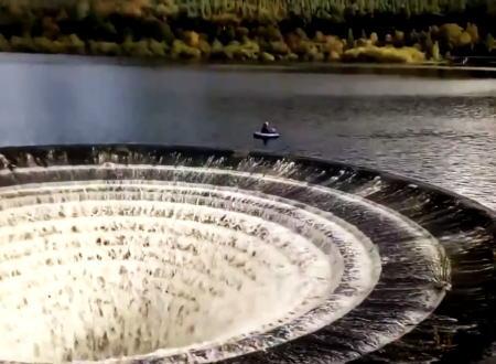 ダム穴のギリギリまでフローターで近づく危険極まりない釣り人が撮影される。