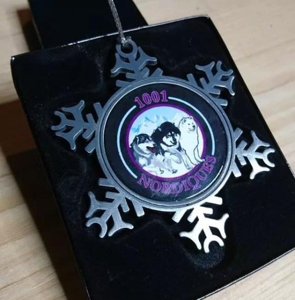 Flocon métallique '1001 Nordiques' 8 cm, fond noir