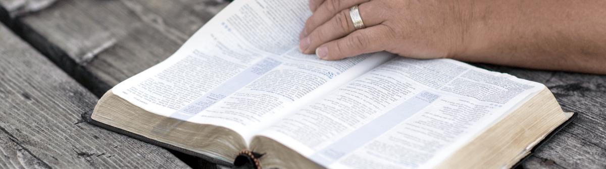 On me dit qu'on ne peut rien ajouter ni retrancher à la Bible. Pourquoi alors existe-il différentes bibles (catholique- protestante…)? L'une des deux serait-elle non valide/incomplète ? [Simon]