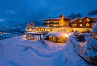 Familienzeit im winterlichen Gut Berg
