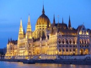 Budapest Parlament beleuchtet ©1001Reisetraeume.de