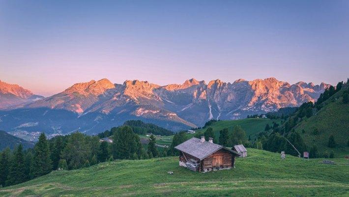 Herbstliches Alpenglühen im Val di Fassa
