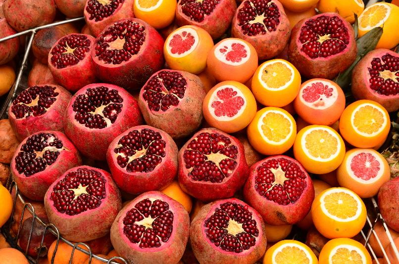granátová jablka, grepy a pomeranče, ze kterých vám na ulici vymačkají čerstvý džus na počkání