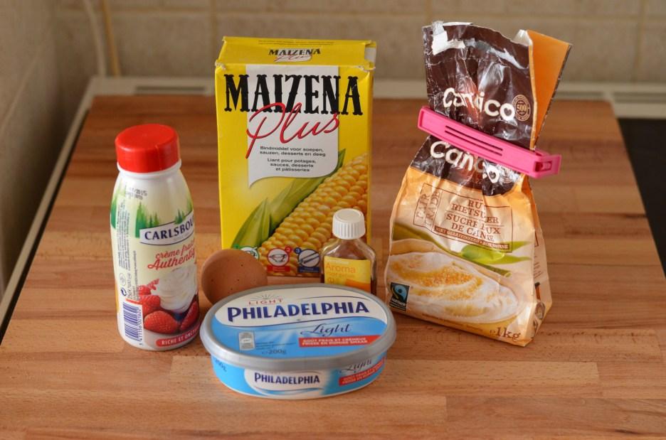 Připravíme cheesecake hmotu z Philadelphie, smetany, cukru, kukuřičného škrobu, vejce a vanilkového aroma