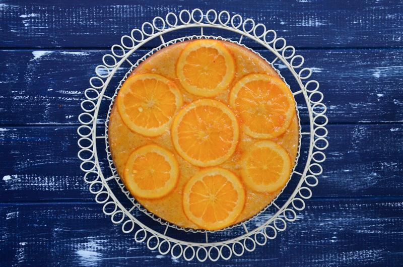 Koláč dekorovaný kolečky bio pomerančů zářící oranžovou barvou je krásné pohoštění pro nějakou tu víkendovou návštěvu