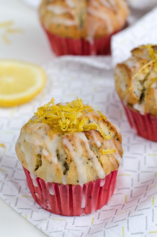 Přátelé, nedávno jsem dotáhla do konce recept na nejlepší citronové muffiny s mákem, kde jsem máslo z velké části nahradila řeckým jogurtem.